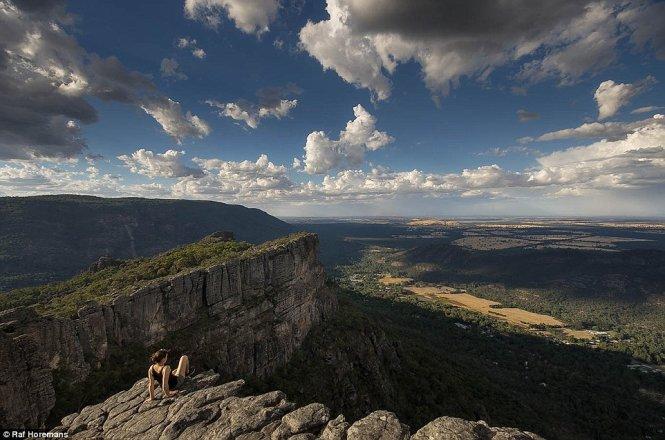 Raf và bạn gái 22 tuổi xinh đẹp tên Annika có dịp ngắm những phong cảnh tuyệt đẹp.