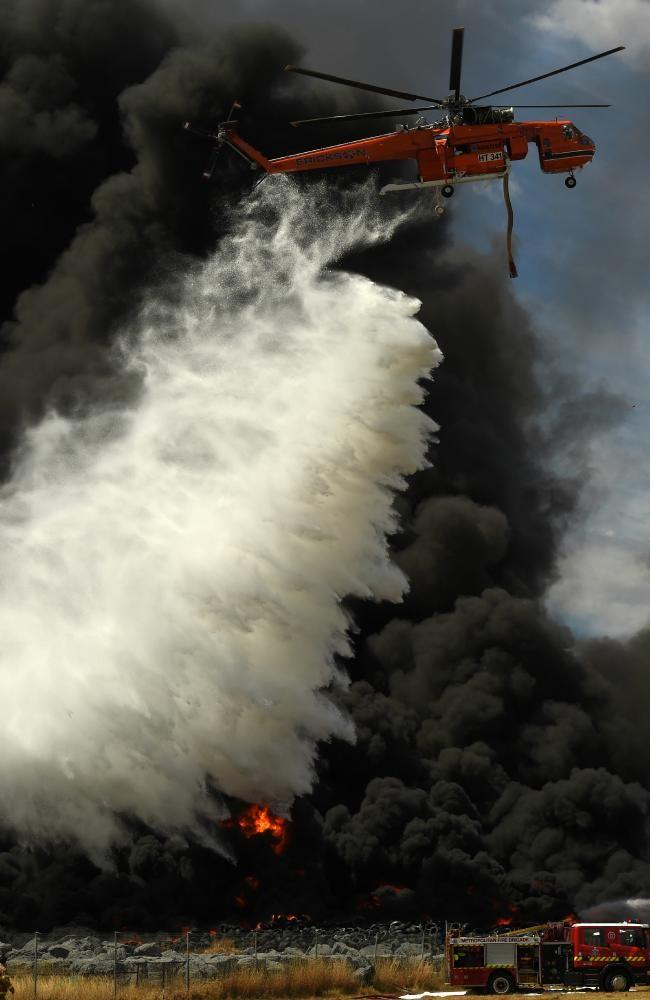 Trực thăng được huy động tới dập tắt đám cháy hung dữ. Ảnh: news.com.au