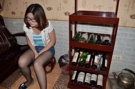 Nữ sinh viên làm việc tại quán rượu ở Trung Quốc, nhiều khi phải nghe những lời khiếm nhã của khách hàng nam. Ảnh minh họa: Chinanews.