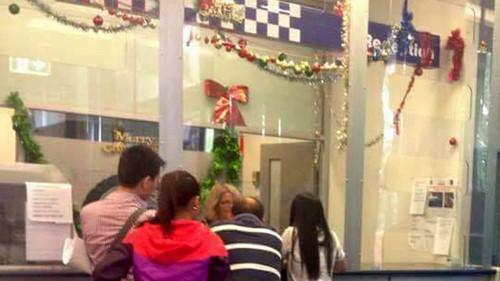 Các nạn nhân vụ Vi Tran đến trình báo cảnh sát ở khu Bankstown - Ảnh: C.T.V