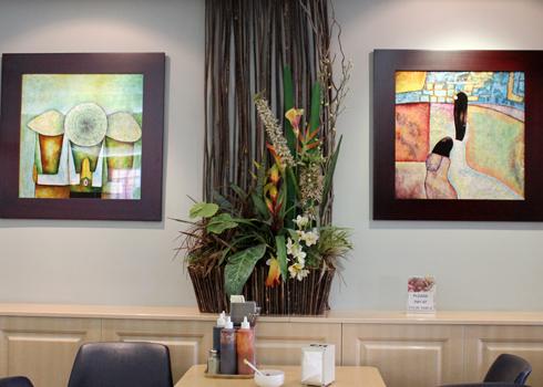 Nhà hàng bày trí tranh nón lá, áo dài treo trên tường và chậu hoa cũng đặc sệt phong cách Việt Nam. Ảnh: Vũ Lê
