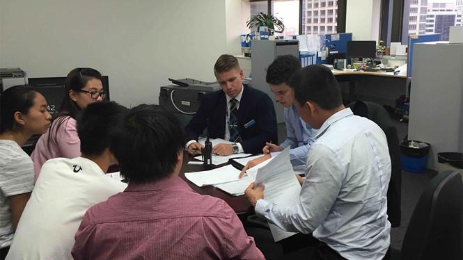 Cảnh sát bang New South Wales làm việc với đại diện Hội du học sinh Việt Nam tại Úc - Ảnh: Hội du học sinh Việt Nam tại Úc cung cấp