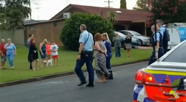 Người phụ nữ 37 tuổi bị dẫn đi sau khi đâm vào một hồ bơi, cùng với cô con gái sáu tuổi của mình trong xe