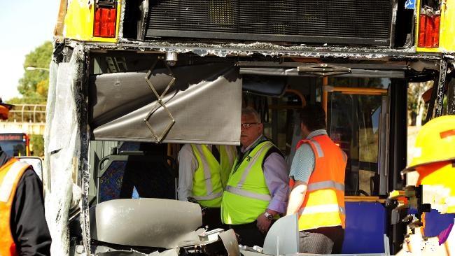 Mọi người đang xem xét mức độ thiệt hại do vụ tai nạn gây ra