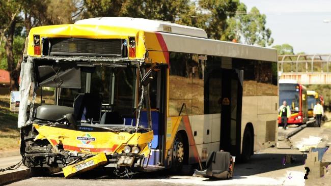 Chiếc xe buýt bị tàn phá khi đụng vào chiếc xe buýt khác
