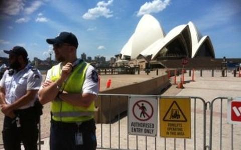Cảnh sát Sydney phong tỏa khu vực Nhà hát Opera do lo ngại có bom. (Ảnh: ABC News)