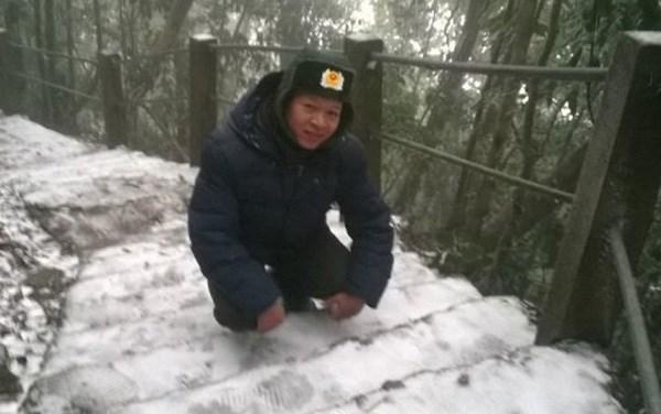 Anh Chính chụp ảnh trên tuyết ở vườn Quốc gia Bà Vì.