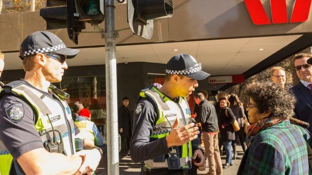 Cảnh sát đang kêu gọi người đi nên tránh việc mất tập trung. Ảnh: Chris Hopkins