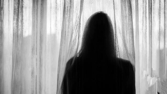 Đứa con gái bị hãm hiếp bởi cha mình phải chịu cú sốc lớn