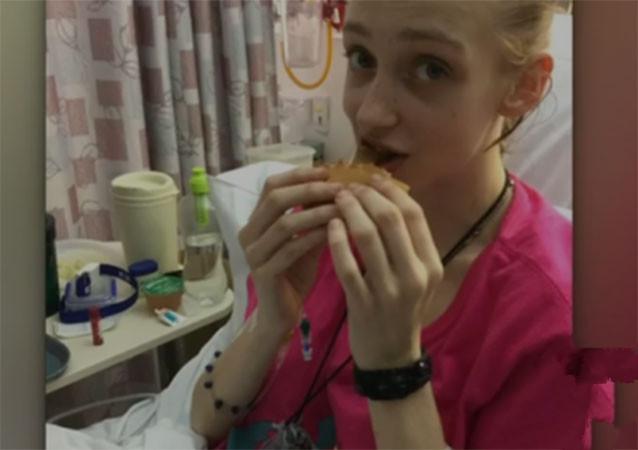 Caris sau hai ngày hôn mê và bữa ăn đầu tiên của mình: một burger phô mai