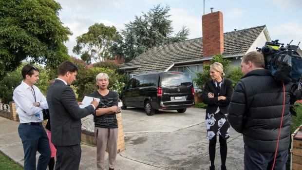 Con trai của cnạn nhân trả lời phỏng vấn với phương tiện truyền thông bên ngoài nhà. Ảnh: Justin McManus