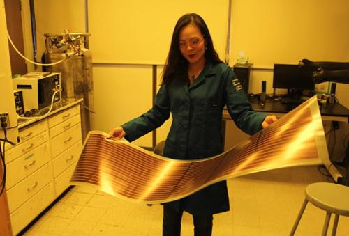 Pin năng lượng mặt trời làm từ chất nhựa dẫn điện Nghiên cứu trong phòng thí nghiệm của giáo sư Nguyễn Thục Quyên. Ảnh do nhân vật cung cấp.