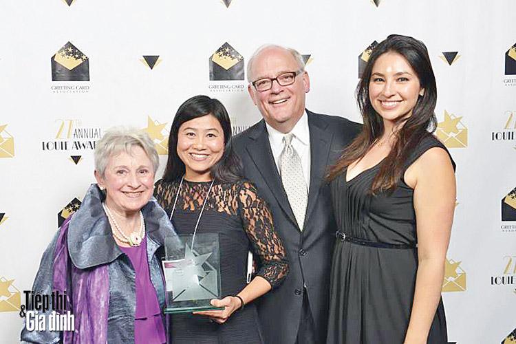 Chị Diễm Hương nhận giải thưởng Louie Award tại Hội chợ National Stationary lần thứ 27 ở New York. Ảnh: tiepthigiadinh
