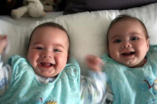 Cặp song sinh cùng mẹ khác cha ở Ba Lan. Ảnh: News.