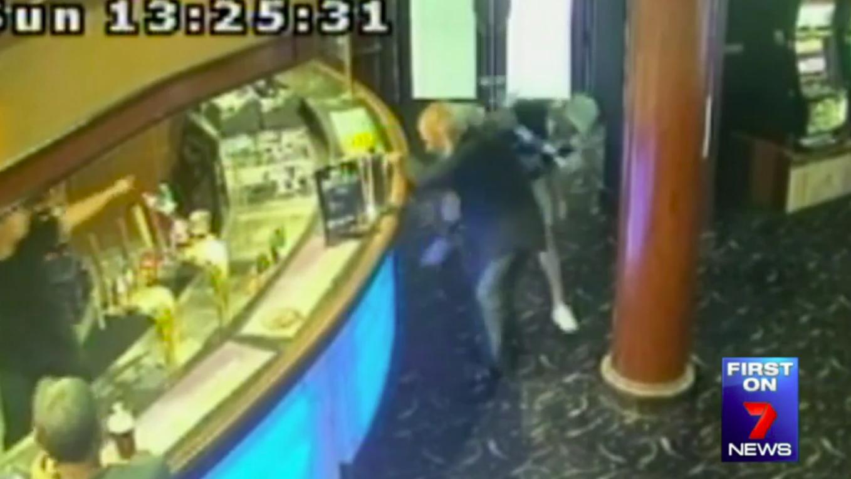 Tên tội phạm tiến vào quán bar ở Punchbowl, tung cú đá và ném đồ vật vào cụ già 72 tuổi vô tội.