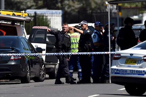 Cảnh sát tại hiện trường vụ nã súng và bắt cóc con tin ở Sydney. Ảnh: Reuters
