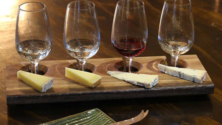 3 3 - 9 nhà hàng nổi tiếng nhất để thưởng thức phô mai và rượu ở Melbourne