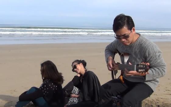 A Ngô Chương chơi ngẫu hứng guitar trên bãi biển