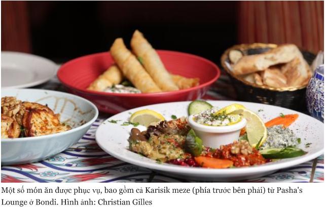 Một số món ăn được phục vụ, bao gồm cả Karisik meze (phía trước bên phải) từ Pasha's Lounge ở Bondi.Hình ảnh: Christian Gilles