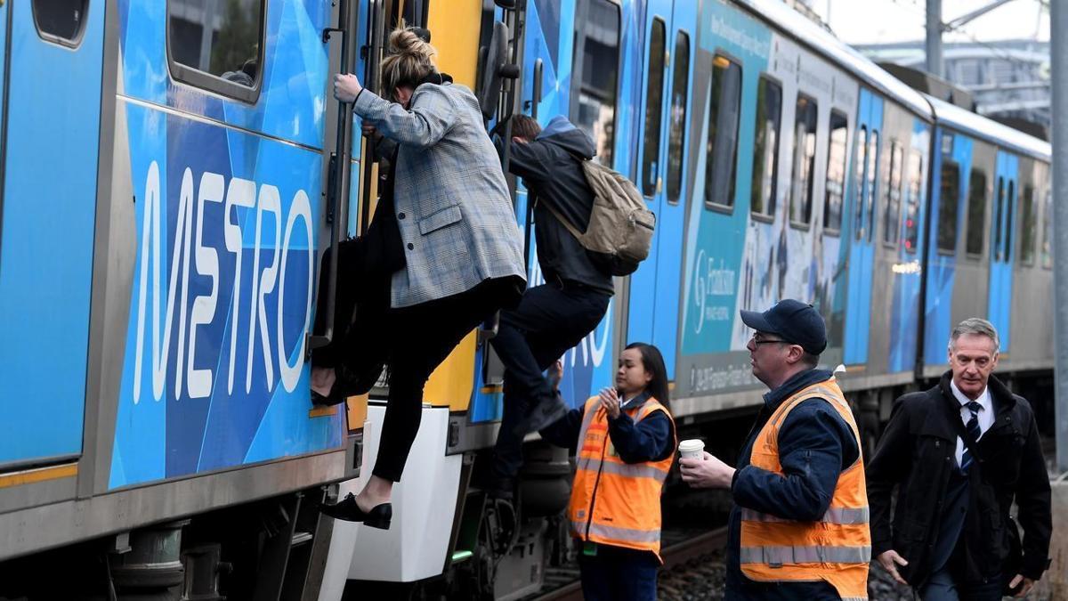 Nóc tàu tự dưng phát nổ làm hành khách hoảng sợ tại Melbourne