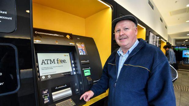 1506644359357 - Khách hàng đổ xô đến ATM của ngân hàng Commonwealth sau khi phí giao dịch được miễn