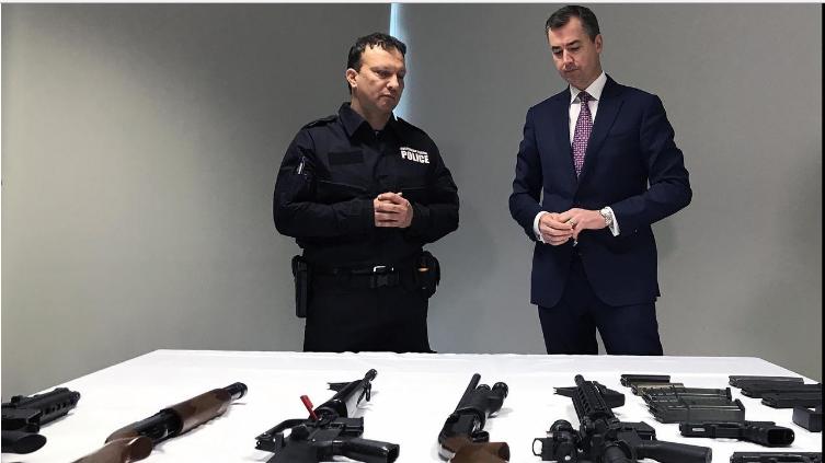 """Hàng ngàn khẩu súng đã được thu giữ ở Victoria - Nước Mỹ có thể học được gì từ lệnh """"CẤM SÚNG"""" của Úc?"""