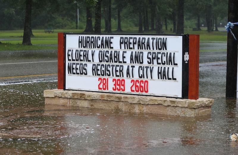harveyrelief2 - Tỷ phú gốc Việt Hoàng Kiều tặng 5 triệu đô la vào quỹ cứu trợ nạn nhân cơn bão Harbey