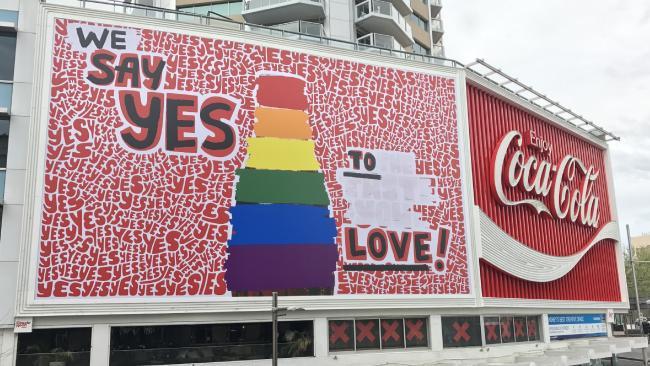logo cua coca cola se doi mau de ung ho hon nhan dong tinh 3 - Logo Coca - Cola đổi màu để ủng hộ hôn nhân đồng tính