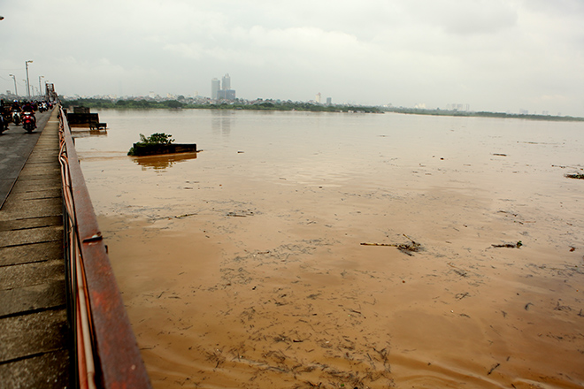 Nước sông Hồng dâng cao kỉ lục trong vòng 10 năm trở lại đây - VIETNAM: Toàn cảnh bão hoành hành trong những ngày qua, 43 người chết 34 người mất tích