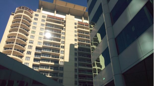 Police are negotiating with a man at the apartment complex - Thi thể người phụ nữ tìm thấy gần Chatswood station