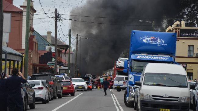 xe dien boc chay lam 5 nguoi bi thuong 4 - Xe điên bốc cháy làm 5 người bị thương