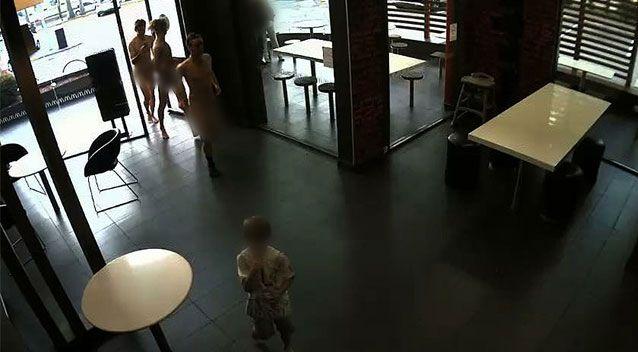 1 21 - Truy tìm danh tính năm nam thanh niên khỏa thân đi lại trước mặt các em nhỏ trong McDonald
