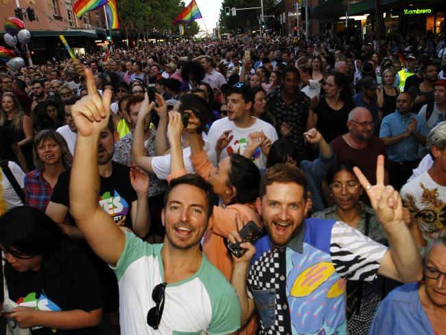 nguoi uc mung trong dem sau ket qua hon nhan dong tinh 2 - Người Úc ăn mừng trong đêm sau kết quả hôn nhân đồng tính