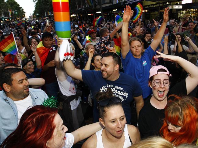 nguoi uc mung trong dem sau ket qua hon nhan dong tinh 3 - Người Úc ăn mừng trong đêm sau kết quả hôn nhân đồng tính