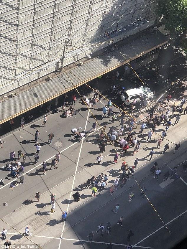 1 14 - BREAKING NEWS: Tai nạn kinh hoàng xe đâm vào người đi bộ tại Flinders Street trung tâm Melbourne