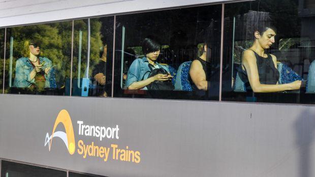 1512425457370 - Hành Khách Sydney đổ mồ hôi vì phải di chuyển trên các chuyến tàu điện từ những năm 1970