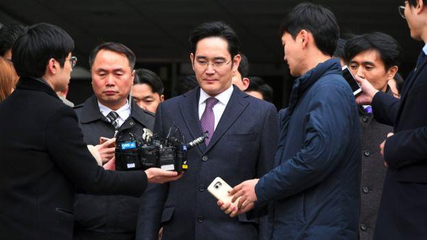 Bị buộc tội hối lộ cựu thổng thống Hàn Quốc người thừa kế tập đoàn Samsung đối mặt nguy cơ 12 năm tù 2 - Bị buộc tội hối lộ cựu thổng thống Hàn Quốc người thừa kế tập đoàn Samsung đối mặt nguy cơ 12 năm tù