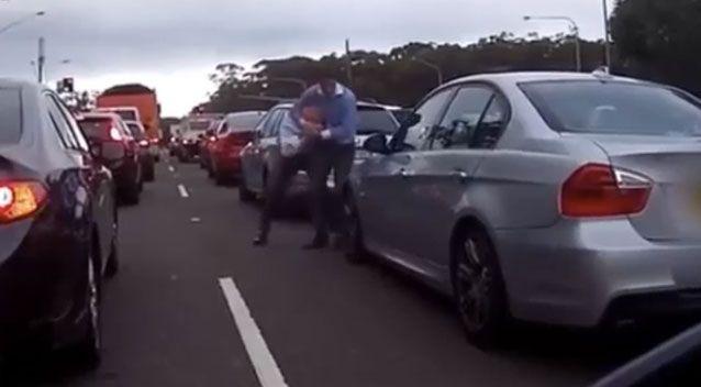 a1 - Hai người đàn ông cãi vã, đánh lộn giữa phố Sydney