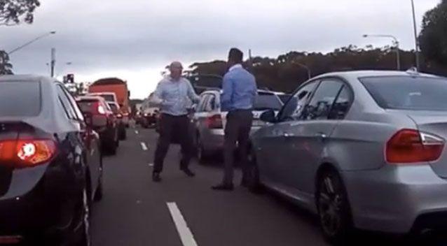 f - Hai người đàn ông cãi vã, đánh lộn giữa phố Sydney