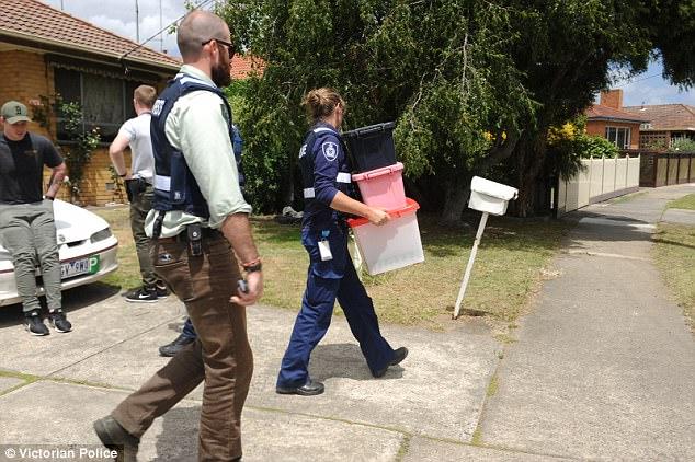 yH5BAEAAAAALAAAAAABAAEAAAIBRAA7 - Victoria: Cảnh sát bắt giữ thanh niên tàng trữ nhiều vũ khí và cần sa