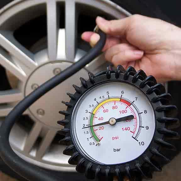 5. Máy đo áp suất lốp 1 1 - 26 vật KHÔNG THỂ THIẾU trên xe oto của bạn