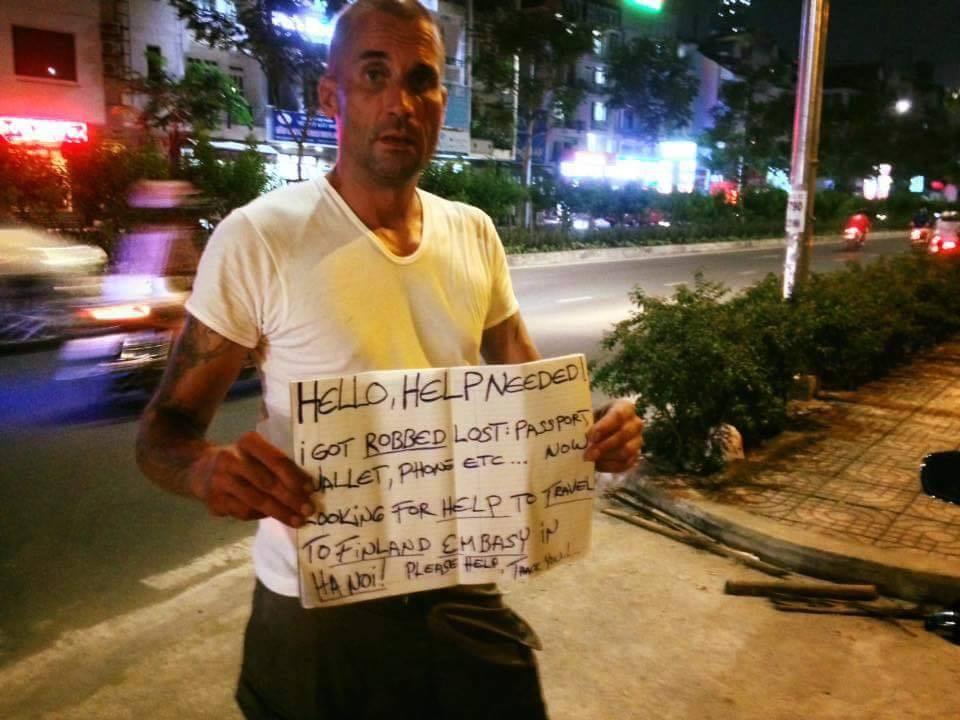 photo 1 1515158874382 - Ông Tây cầm bảng xin tiền suốt một năm ở Sài Gòn bị nhiều người nghi lừa đảo!