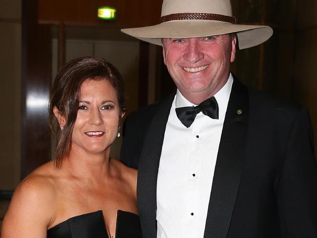 can phai cam tinh duc giua chinh khach va nhan vien 3 - Scandal -phó thủ tướng Úc Barnaby Joyce bị yêu cầu từ chức vì quan hệ tình dục với nhân viên