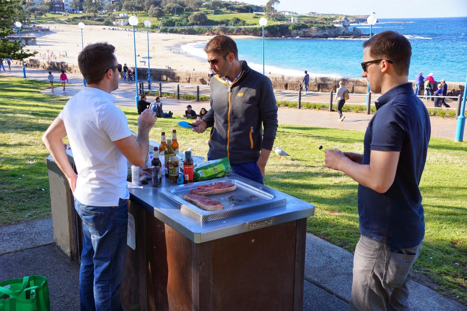 HAVE A BBQ ON THE BEACH - 22 mẹo tiết kiệm tiền hay ở Úc