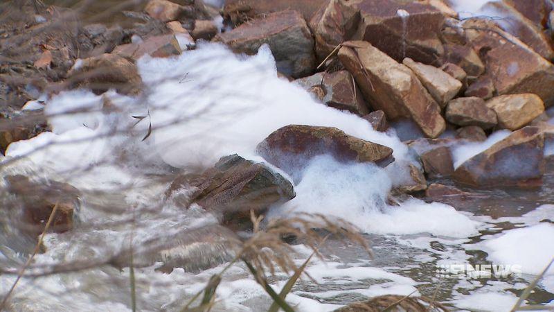 dandenong creek pollution foams1 - Melbourne: Cảnh cáo người dân xả thải bọt ra Dandenong Creek