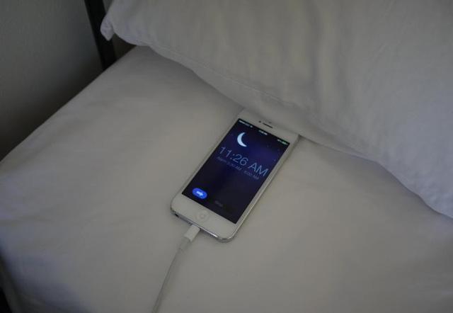 tác hại của việc sạc điện thoại qua đêm